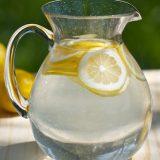 Чому варто пити воду з лимоном?