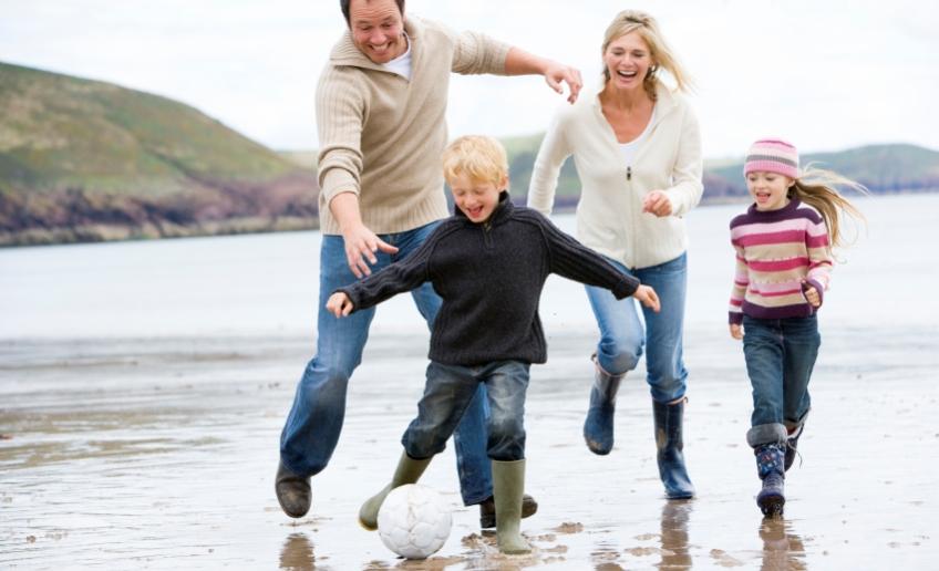 Щаслива сім'я на прогулянці
