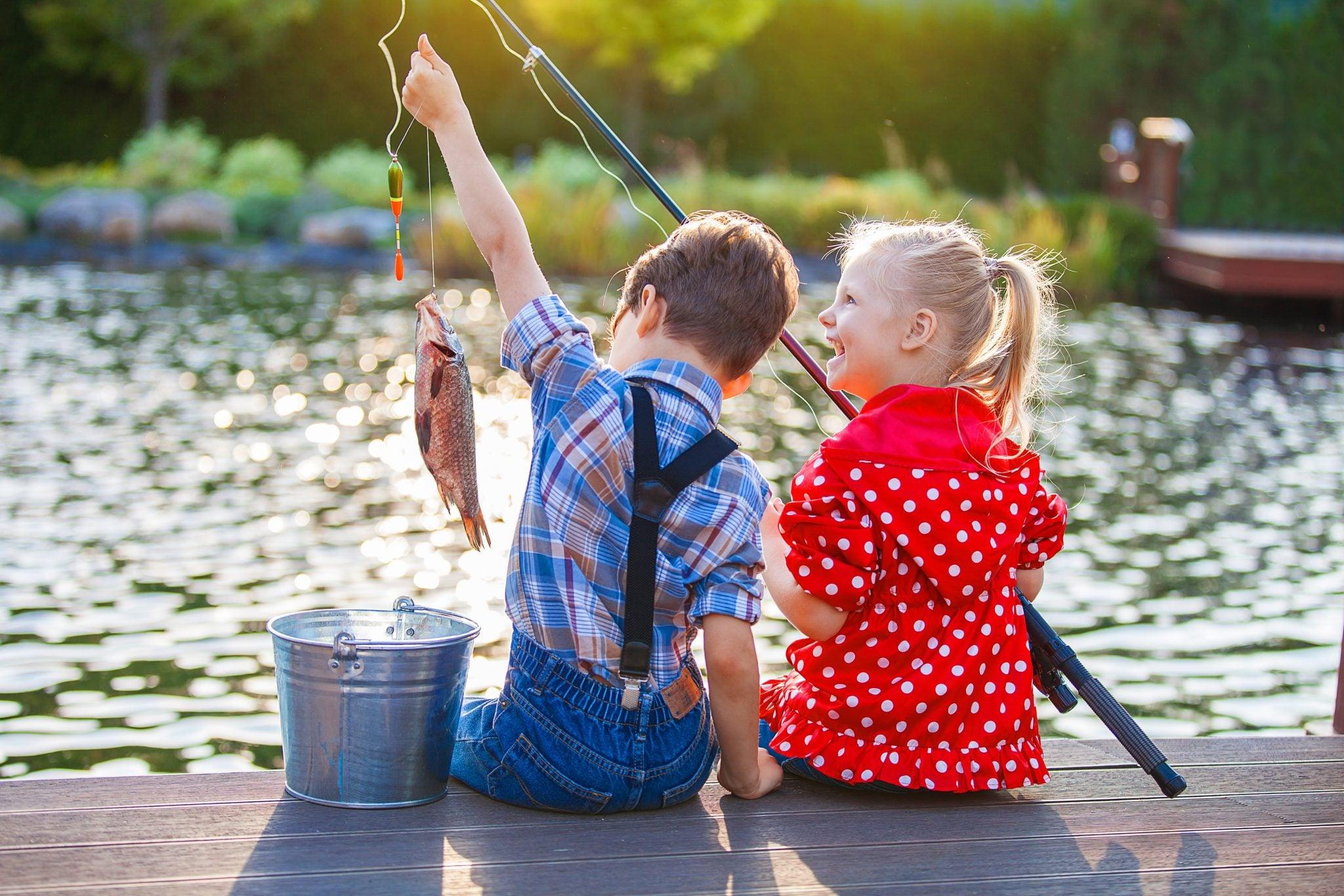 діти на риболовлі